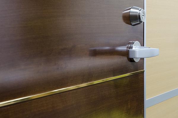 ドアモール:ゴールドシート貼品をドアに取付た使用例